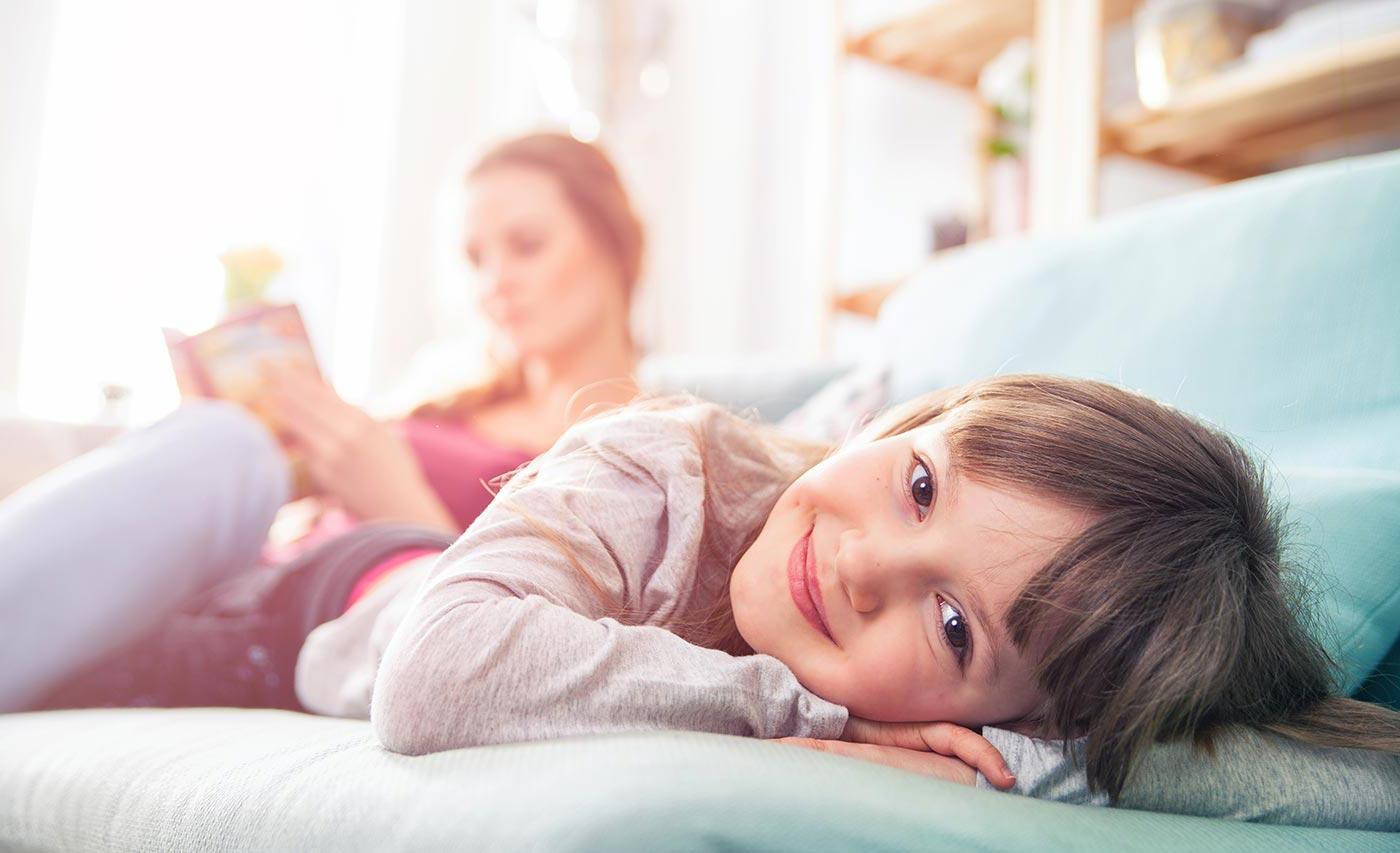 bambina-felice-in-casa-sana-e-confortevole-ventilaria